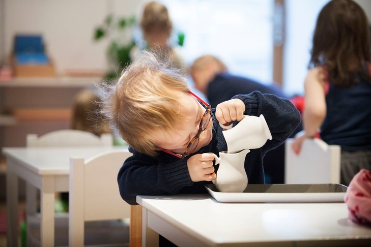 https://educfrance.org/wp-content/uploads/2019/12/cette-ecole-Montessori-Haute-Savoie-enfants-3-6-reunis-classe-Ici-vaisselle-plastique-dinette-objets-quotidien-cassent-loccasion-dapprendre_0_729_486.jpg