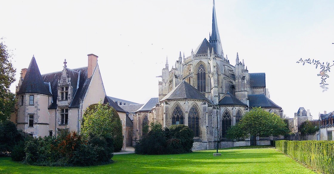https://educfrance.org/wp-content/uploads/2020/02/Abbaye-Vendôme.jpg