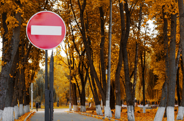 https://educfrance.org/wp-content/uploads/2020/02/aucun-panneau-signalisation-entree-dans-parc-automne-automne_106885-1168.jpg