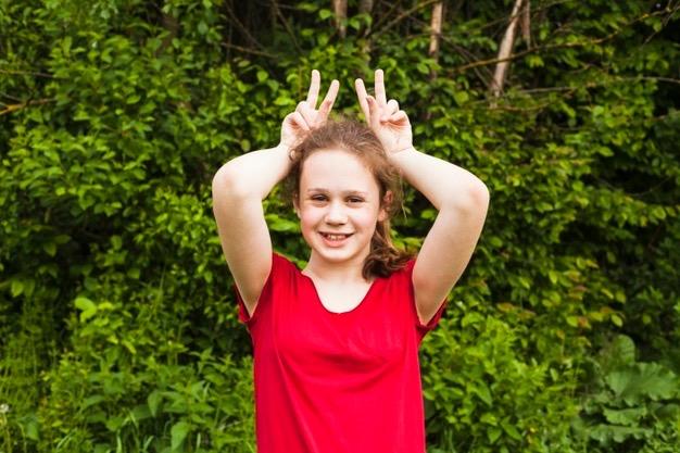 https://educfrance.org/wp-content/uploads/2020/02/portrait-jeune-fille-souriante-taquiner-doigt-main-dans-parc_23-2148197469.jpg