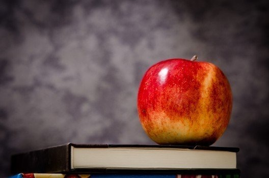 https://educfrance.org/wp-content/uploads/2020/03/red-apple-and-books-on-black-background.jpg