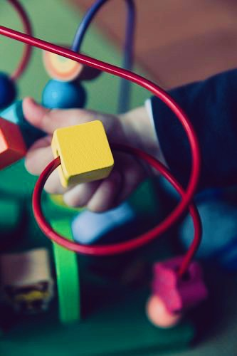 https://educfrance.org/wp-content/uploads/2020/03/selective-focus-photo-of-baby-playing-activity-cube-toy-kid.jpg