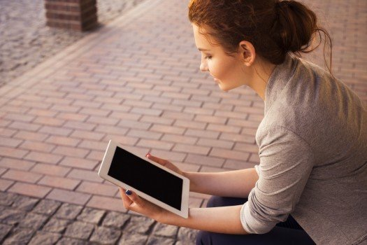 https://educfrance.org/wp-content/uploads/2020/03/young-woman-with-tablet-on-street.jpg