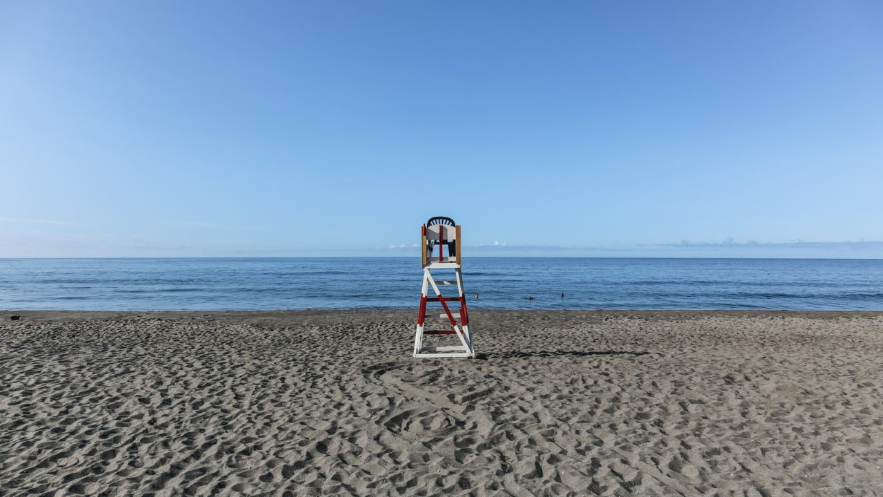 https://educfrance.org/wp-content/uploads/2020/04/empty-lifeguard-chair-at-the-beach-1280x720.jpg