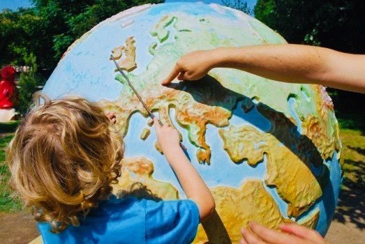 https://educfrance.org/wp-content/uploads/2020/04/mother-and-daughter-examining-model-of-globe-in-park-1.jpg