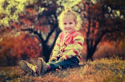 https://educfrance.org/wp-content/uploads/2020/04/smiling-girl-sitting-in-grass-near-forest.jpg