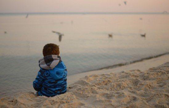 https://educfrance.org/wp-content/uploads/2020/05/child-birds-sea-loneliness-sadness-reverie-beach.jpg