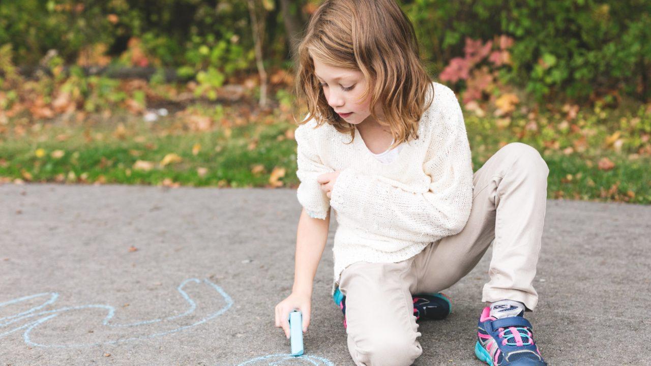 https://educfrance.org/wp-content/uploads/2020/05/girl-using-sidewalk-chalk-1280x720.jpg