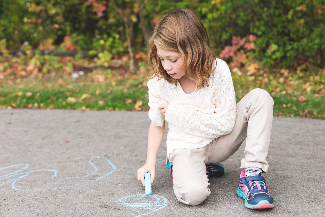 https://educfrance.org/wp-content/uploads/2020/05/girl-using-sidewalk-chalk-1280x853.jpg