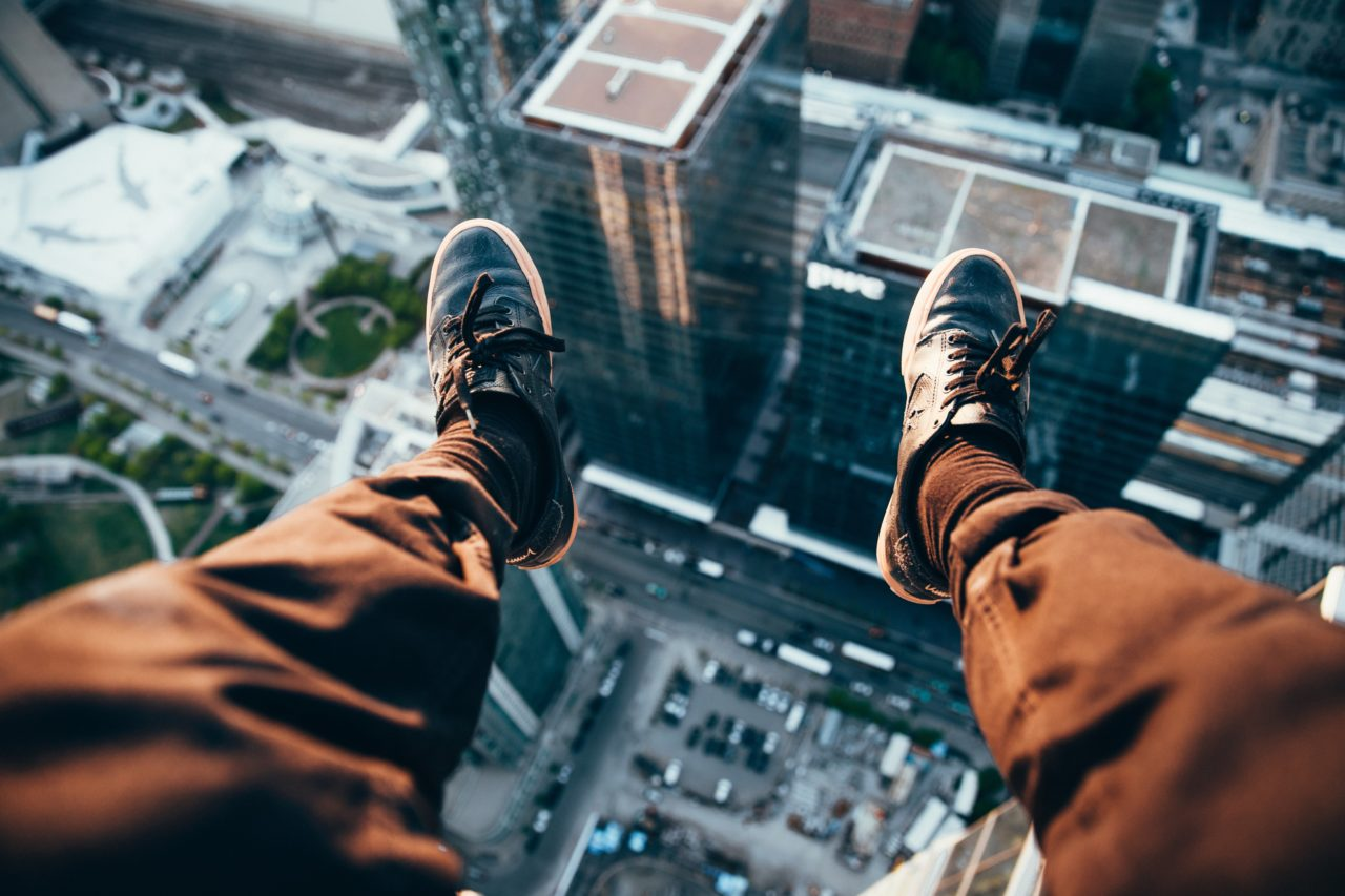 https://educfrance.org/wp-content/uploads/2020/05/rooftopper-looking-down-1280x853.jpg