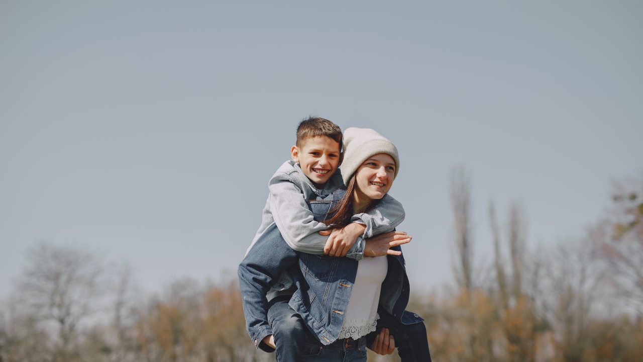 https://educfrance.org/wp-content/uploads/2020/06/brother-and-sister-spending-time-together-in-nature-4127415-1280x720.jpg