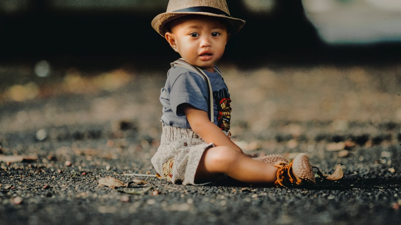https://educfrance.org/wp-content/uploads/2020/06/child-in-grey-shorts-sitting-on-road-786220-1280x720.jpg