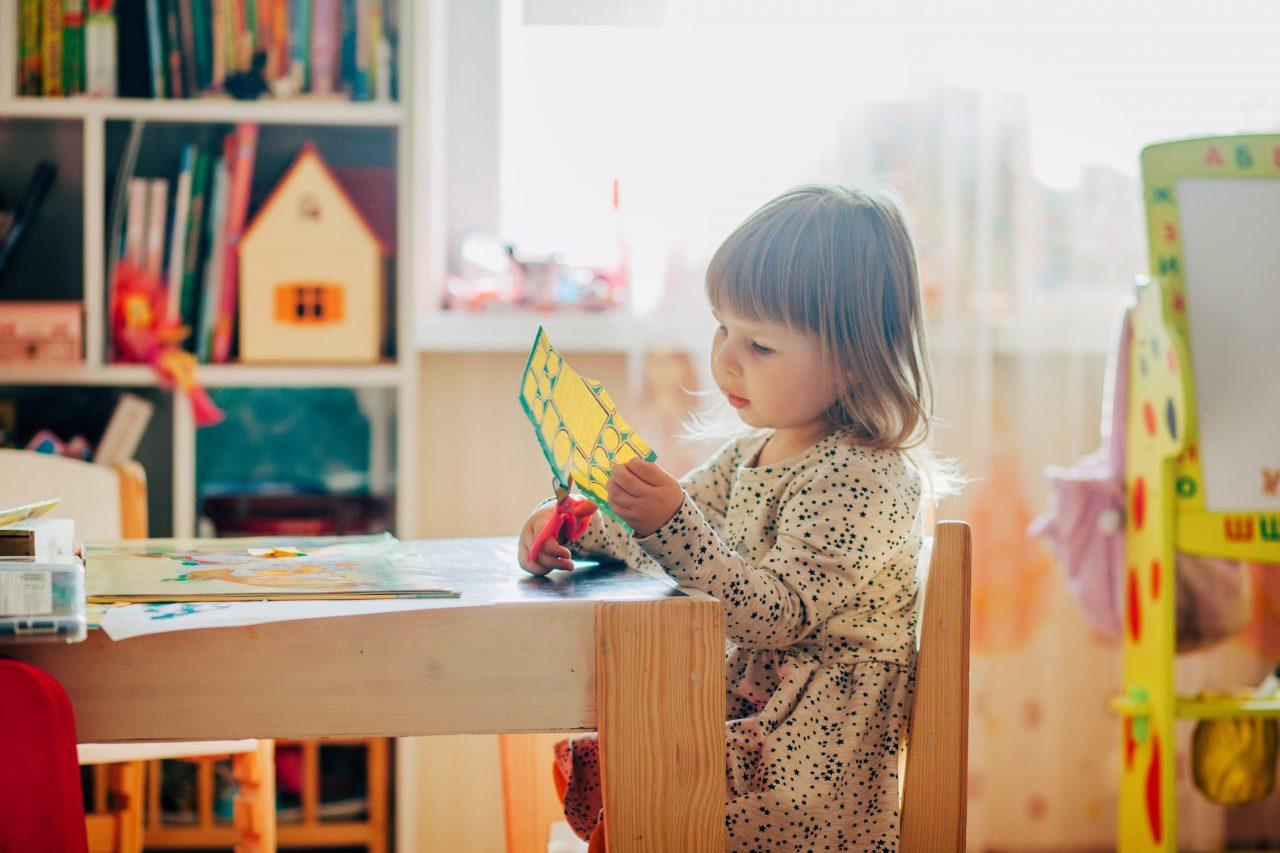 https://educfrance.org/wp-content/uploads/2020/06/little-girl-using-scissors-4090006-1280x853.jpg