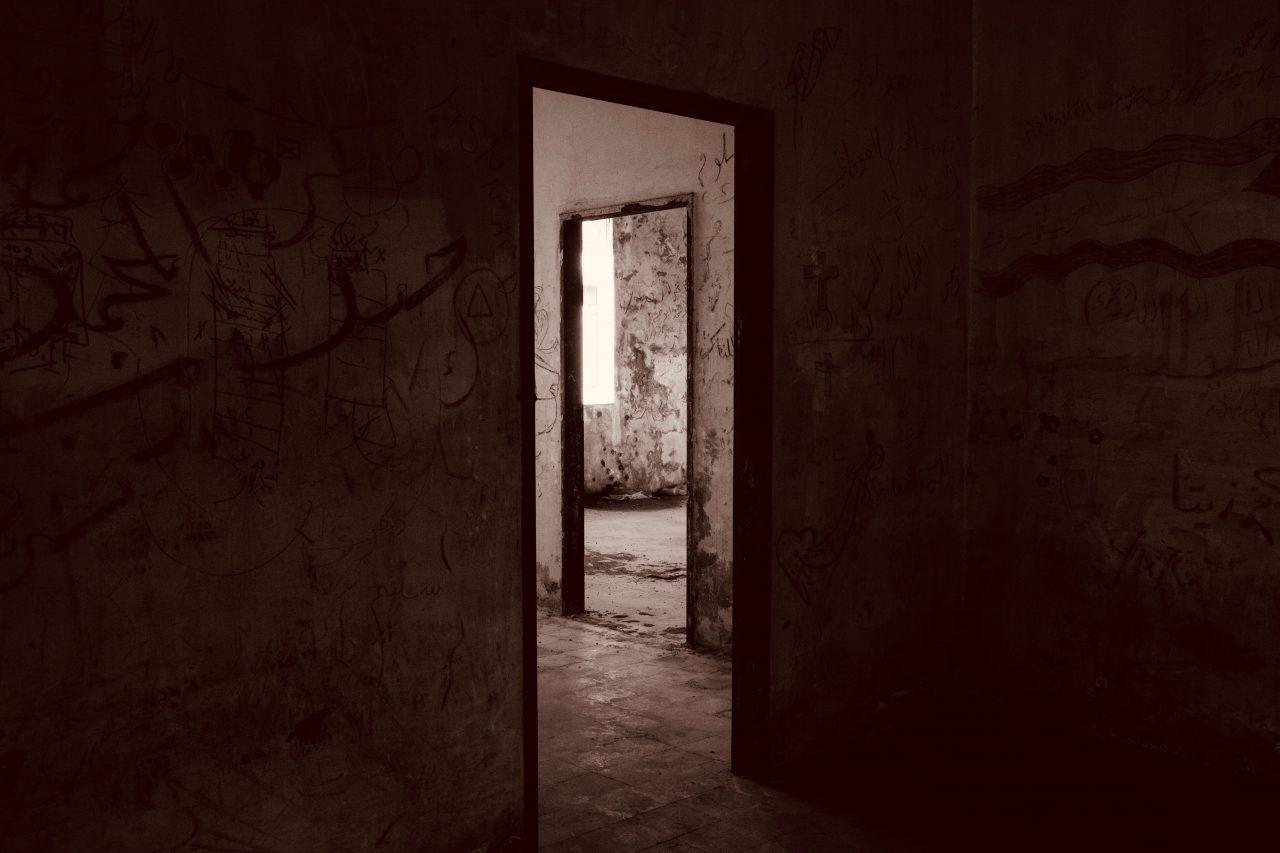 https://educfrance.org/wp-content/uploads/2020/07/black-wooden-door-frame-745054-1-1280x853.jpg