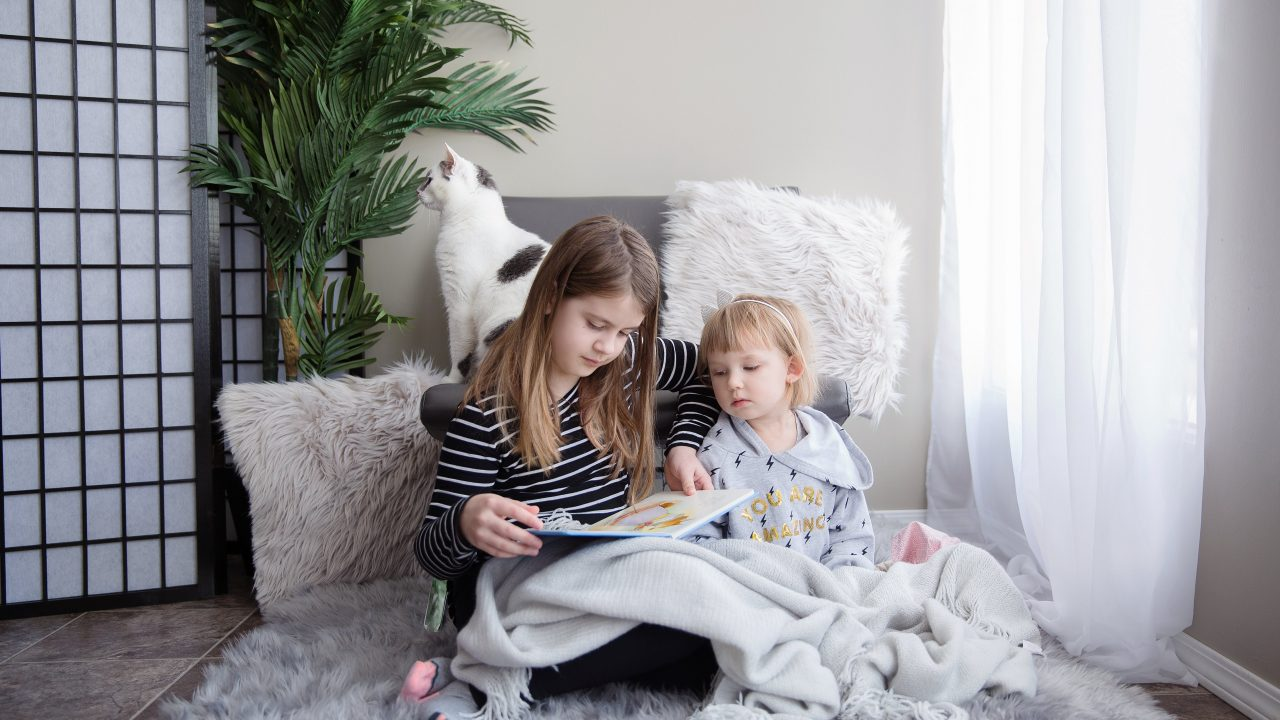 https://educfrance.org/wp-content/uploads/2020/09/sisters-sit-together-reading-a-book-1280x720.jpg