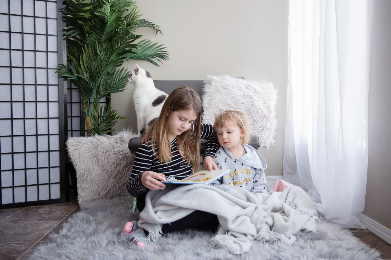 https://educfrance.org/wp-content/uploads/2020/09/sisters-sit-together-reading-a-book-1280x853.jpg